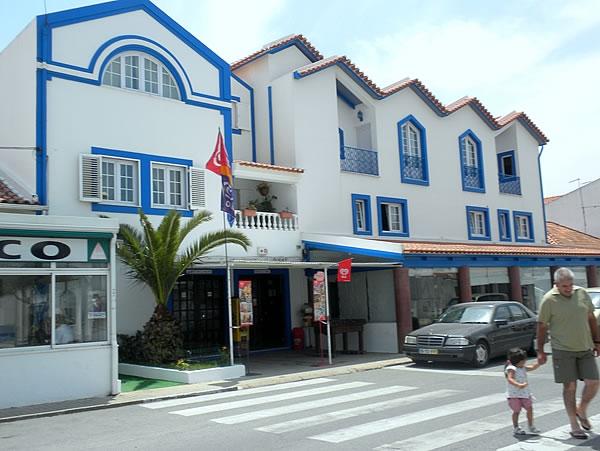 Fachada do Hotel Mar e Sol em Milfontes